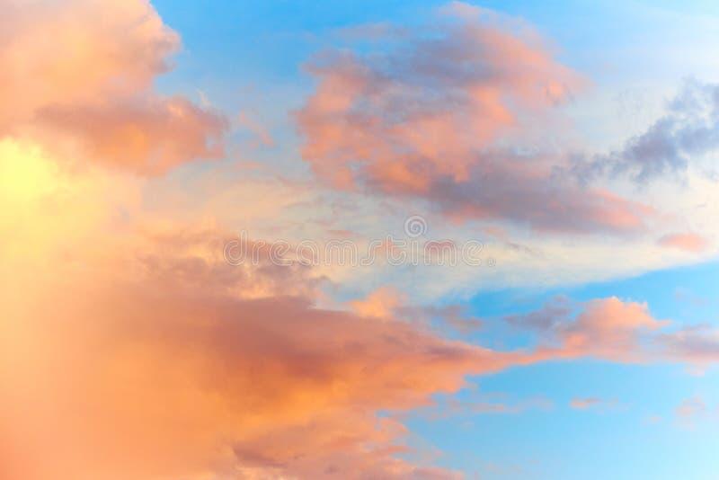 Mooie roze bewolkte hemelachtergrond royalty-vrije stock afbeeldingen
