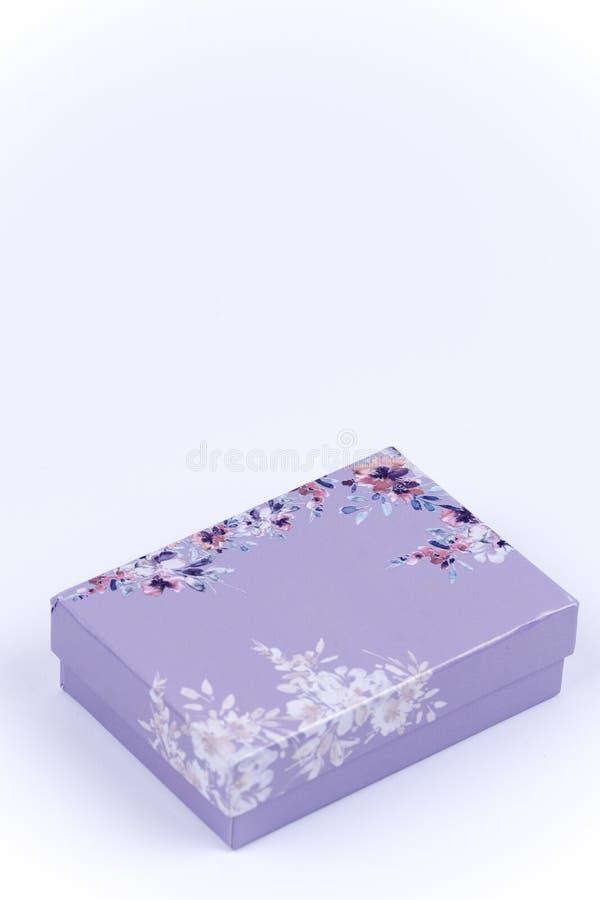 Mooie roze giftdoos met bloemen stock foto's