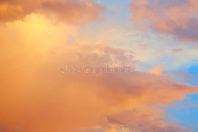 Mooie roze oranje kleur in wolken royalty-vrije stock afbeeldingen