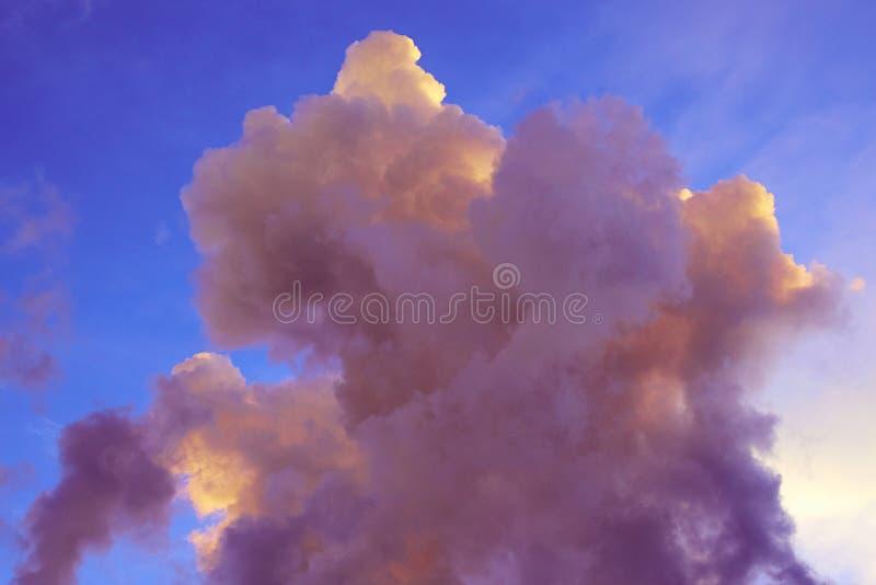 Mooie roze purpere kleur in wolken stock fotografie