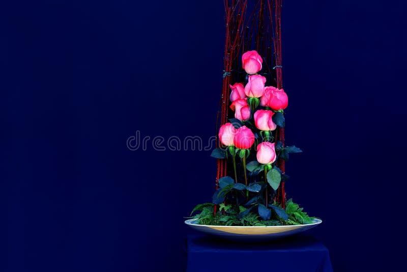 Mooie roze rozen in porseleinvaas royalty-vrije stock fotografie