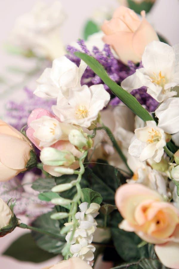 Mooie roze rozen, witte orchideeën en gemengde bloemen stock afbeelding