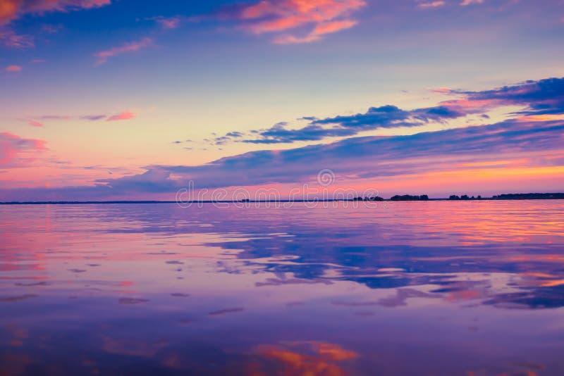 Mooie roze zonsondergang boven meer royalty-vrije stock foto's