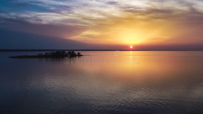 Mooie roze zonsondergang met zonstralen over overzees royalty-vrije stock fotografie