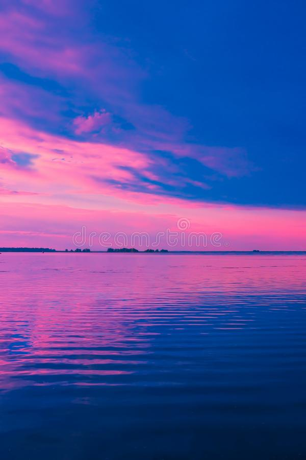 Mooie roze zonsondergang over meer Het landschap van de aard royalty-vrije stock fotografie