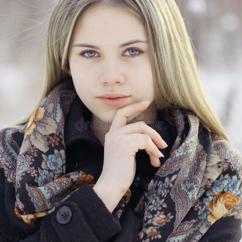 Mooie Russische vrouw bij de winteraard stock fotografie