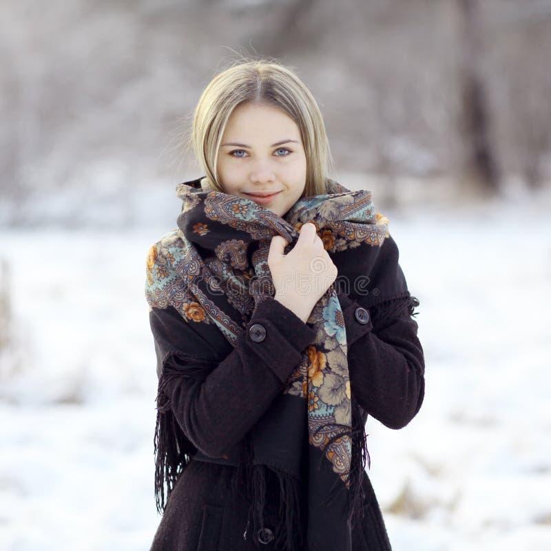 Mooie Russische vrouw bij de winteraard royalty-vrije stock fotografie