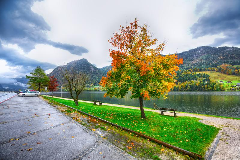 Mooie rust streek in Brauhof-dorp op het meer Grundlsee stock foto's