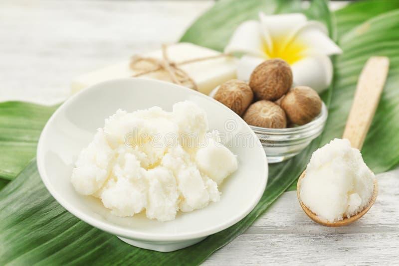 Mooie samenstelling met sheaboomboter, zeep en noten stock afbeeldingen