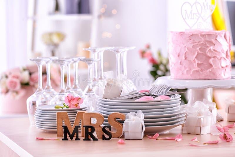 Mooie samenstelling met vaatwerk, cake en decor royalty-vrije stock fotografie