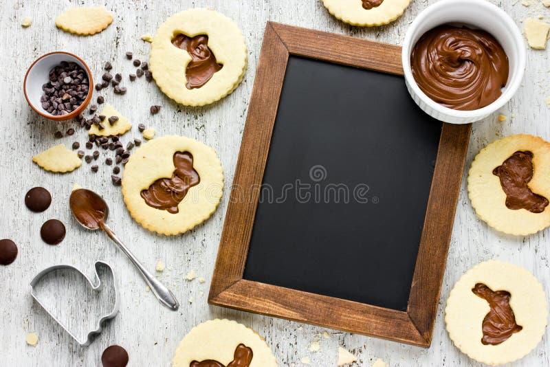 Mooie samenstelling van van de het dessertchocolade van voedselpasen koekjes i stock afbeelding