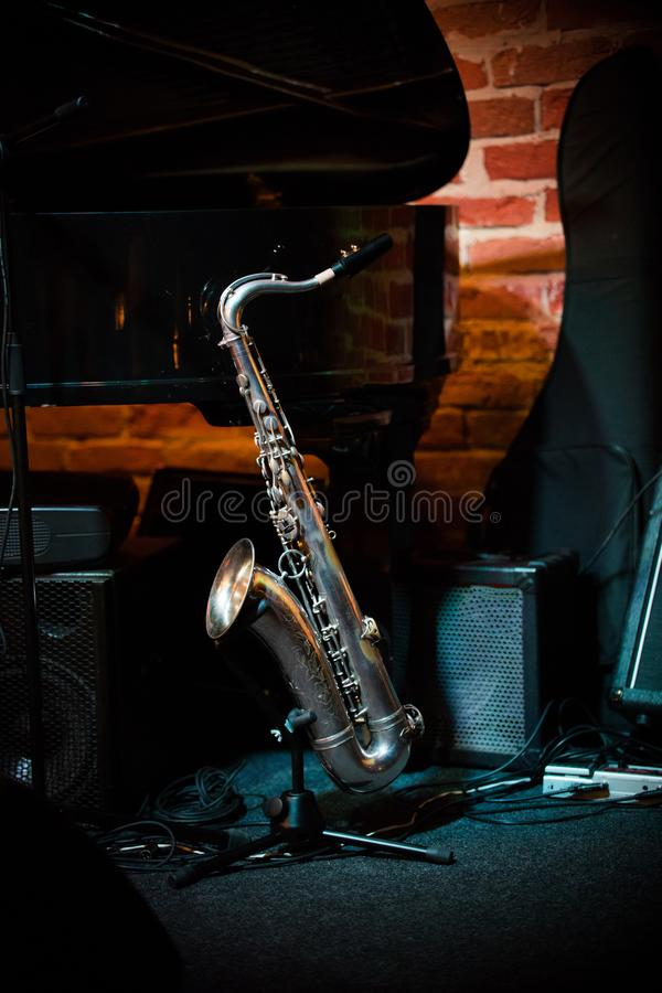 Mooie saxofoontribunes op de tribune op stadium in jazzbar royalty-vrije stock foto's