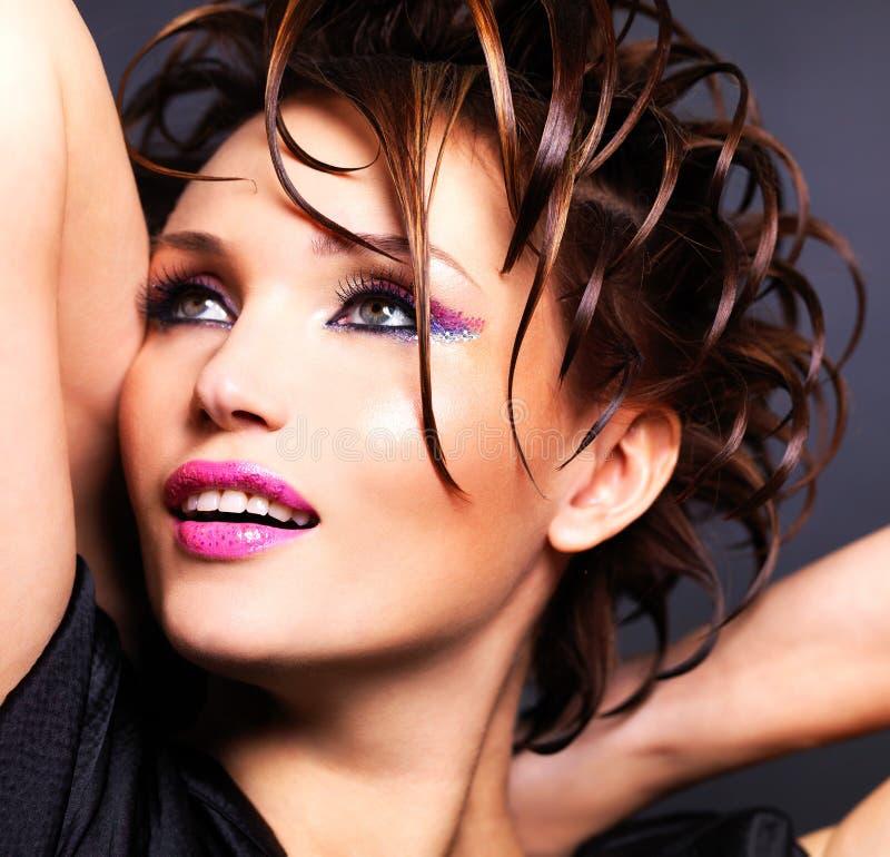 Mooie saxy vrouw met heldere roze make-up royalty-vrije stock afbeelding