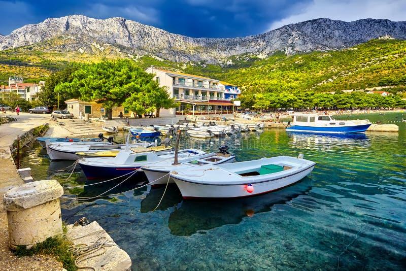 Mooie scène die van boten in de haven van Drvenik, Kroatië liggen stock foto's