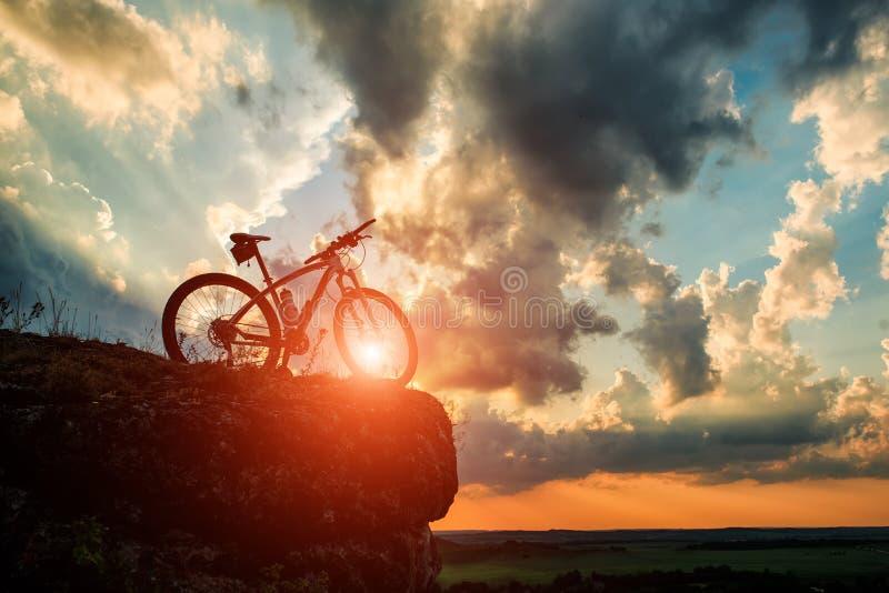 Mooie scène van fiets op zonsondergang stock foto's