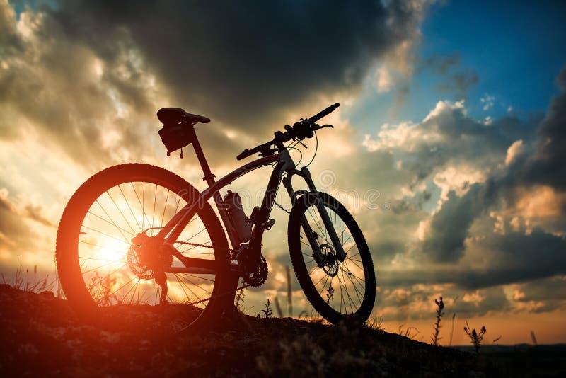 Mooie scène van fiets op zonsondergang royalty-vrije stock afbeeldingen