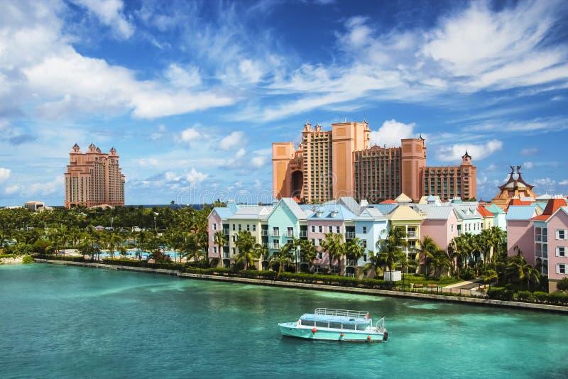 Mooie scène van Nassau landschap met boot het kruisen stock foto