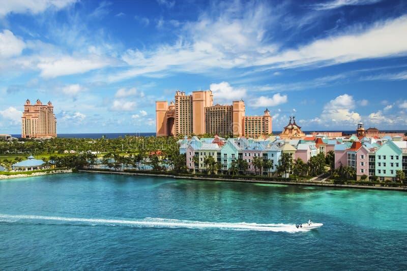 Mooie scène van Nassau landschap met snelheidsboot royalty-vrije stock foto's