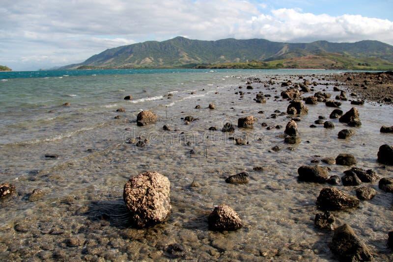 Mooie scène van warme wateren van de Stille Zuidzee, met waaier van bergen in de afstand royalty-vrije stock foto's