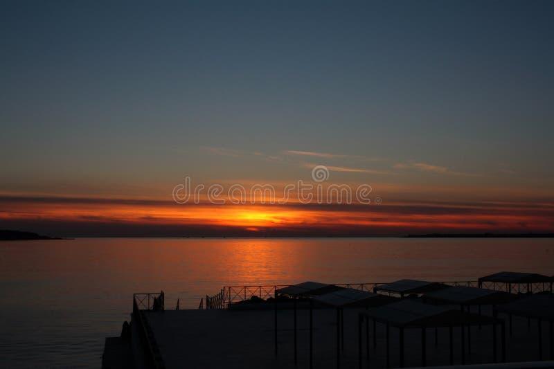 Mooie schemering met zonsondergang op de Zwarte Zee met zonluifels royalty-vrije stock foto