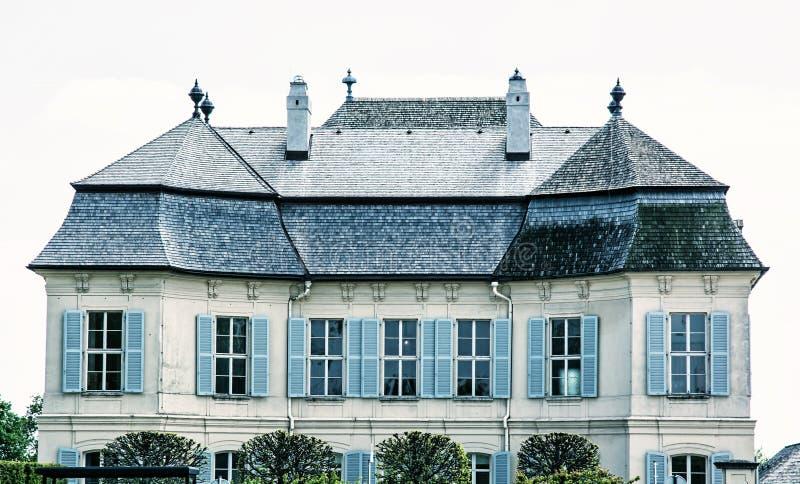 Mooie Schloss Niederweiden in Oostenrijk, blauwe filter royalty-vrije stock afbeelding