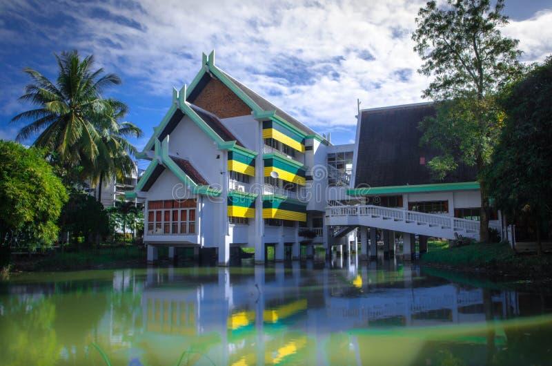 Mooie school in Thailand stock afbeeldingen