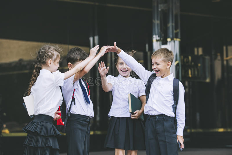 Mooie schoolkinderen actief en gelukkig op de achtergrond van royalty-vrije stock foto