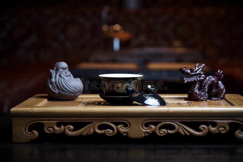 Mooie schotels voor een close-up van de theeceremonie op een houten raad met standbeelden stock foto