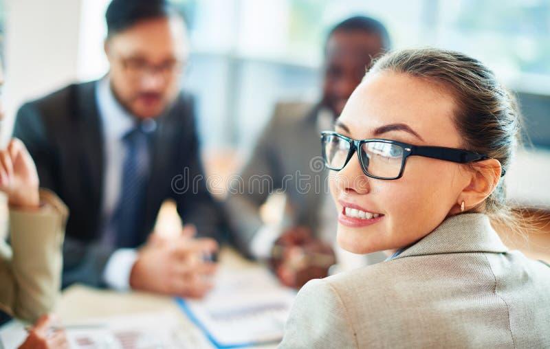 Mooie secretaresse stock foto