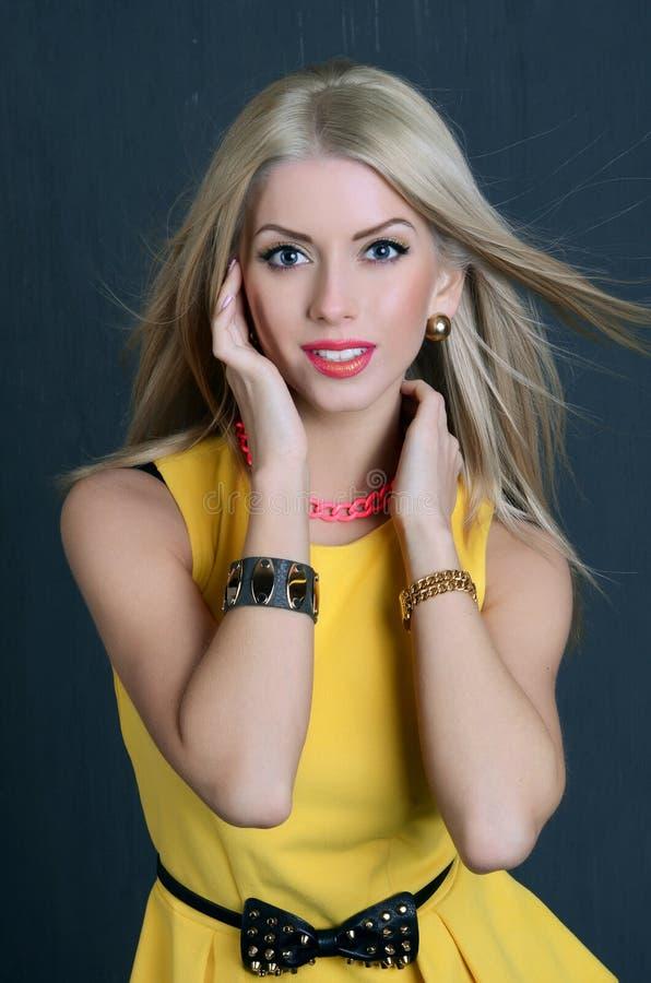 Mooie sensuele vrouw in gele kleding stock foto