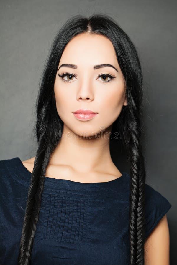 Mooie sensuele vrouw - kapsel en maniermakeu stock foto