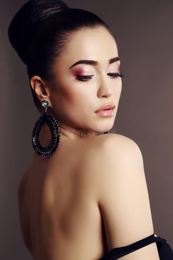 Mooie sensuele vrouw met donker haar en heldere make-up, met juweel royalty-vrije stock afbeelding