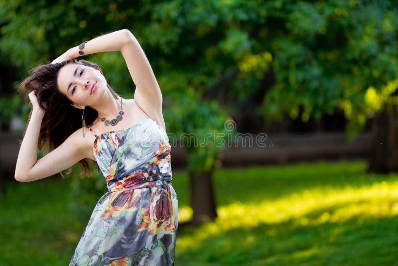 Mooie sensuele vrouw met lang donker haar in kleding het stellen in s royalty-vrije stock fotografie