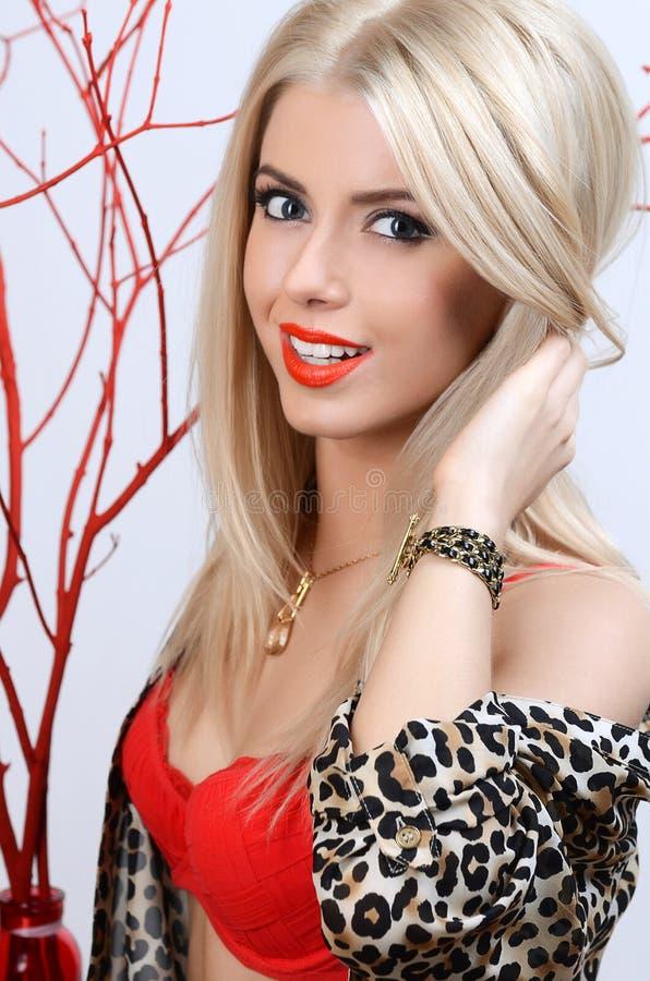 Mooie sensuele vrouw met lang haar royalty-vrije stock afbeeldingen