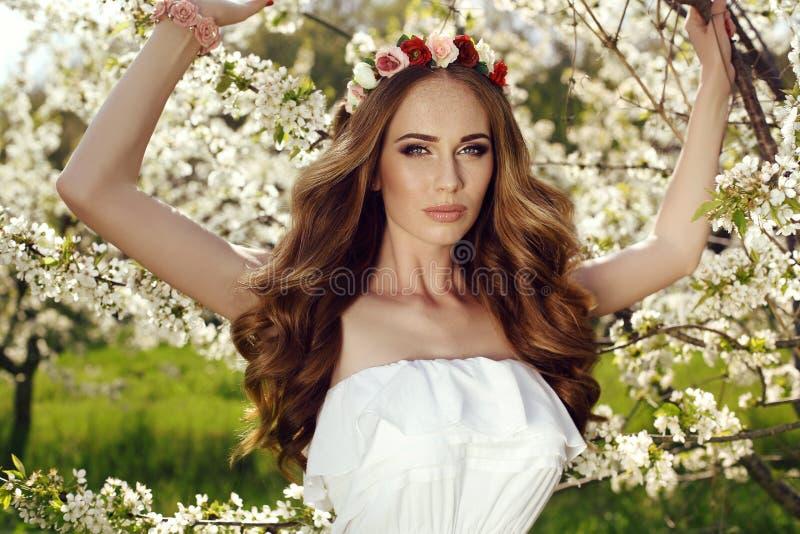 Mooie sensuele vrouw met lange rode haar en van de bloem hoofdband stock afbeeldingen