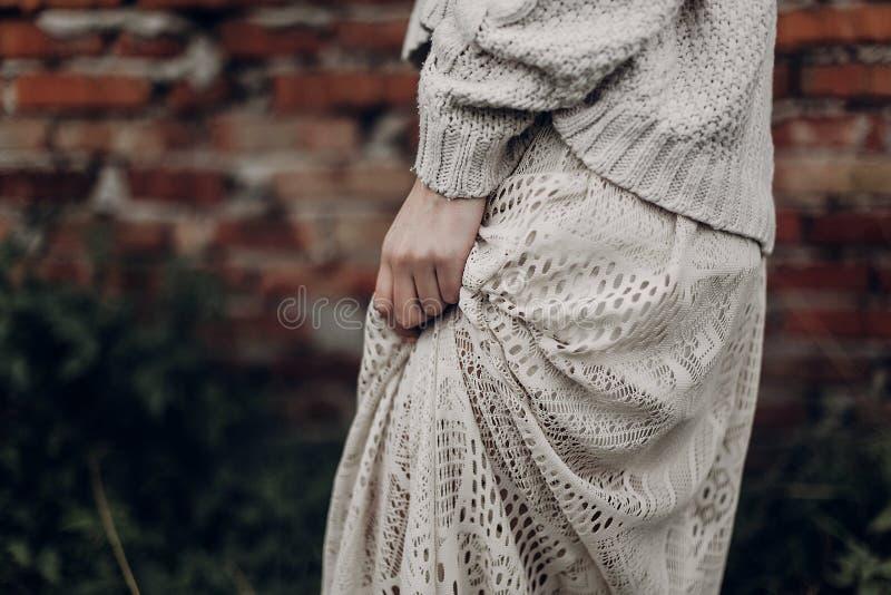 Mooie sensuele vrouw in modieuze boho indie kleren, wolswea royalty-vrije stock foto's