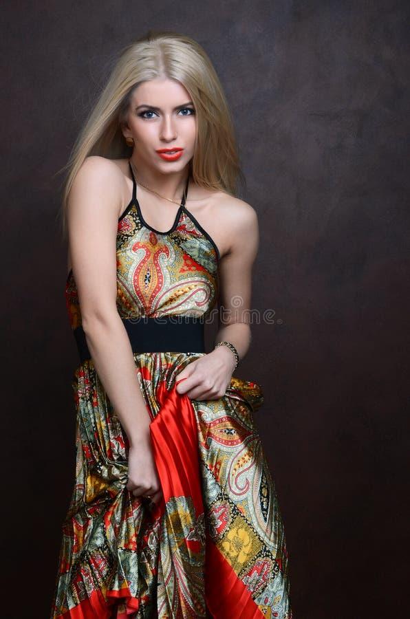 Mooie sensuele vrouw in rode kleding royalty-vrije stock foto's