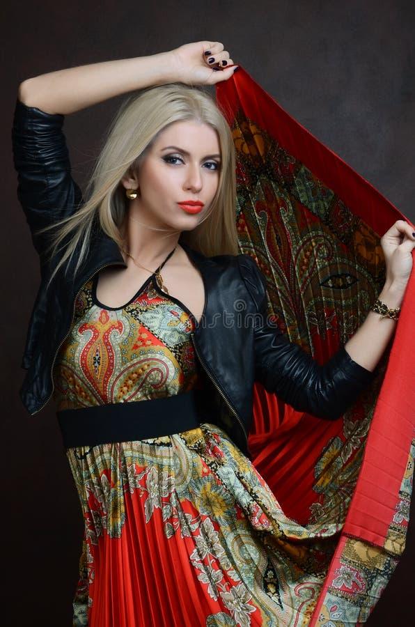 Mooie sensuele vrouw in rode kleding stock afbeeldingen