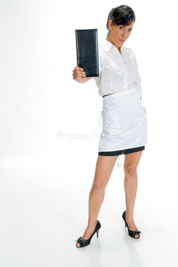 Mooie serveerster die en controleboek bevindt zich toont stock foto's