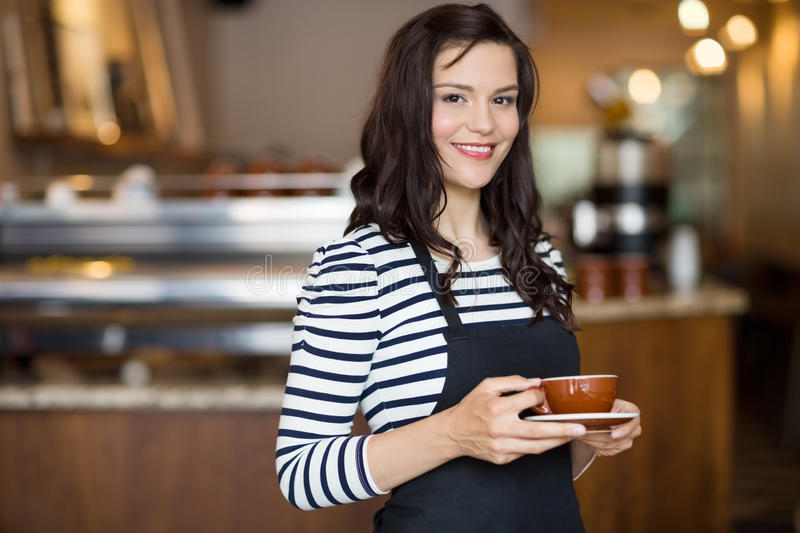 Mooie Serveerster Holding Coffee Cup in Cafetaria stock foto