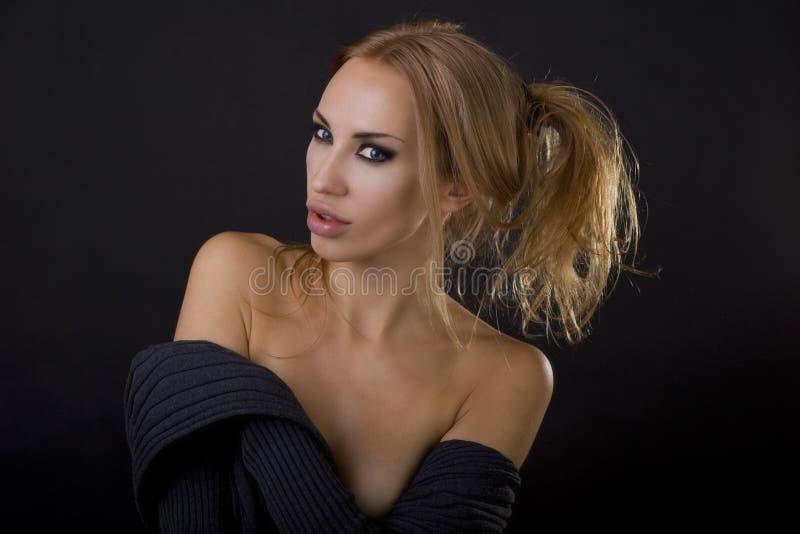 Mooie sexy blonde vrouw Donkere achtergrond De ogenmake-up van Smokey royalty-vrije stock fotografie