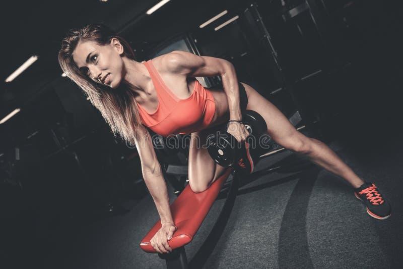 Mooie sexy Kaukasische geschiktheidsmeisje opleiding terug in gymnastiekpumpi stock afbeeldingen