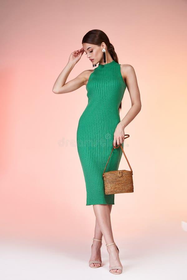 Mooie sexy lange donkerbruine het haarslijtage groen c van het vrouwen mooie gezicht royalty-vrije stock fotografie