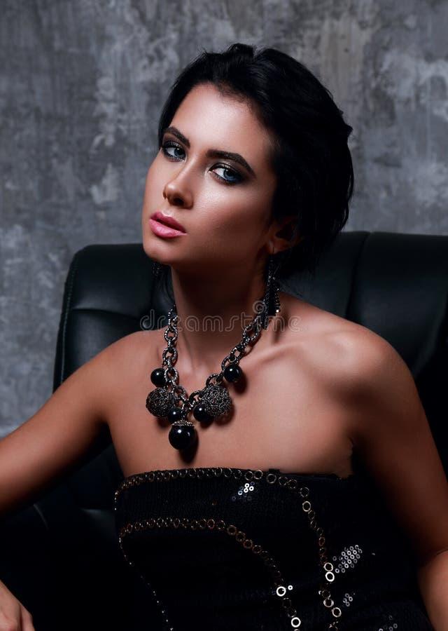 Mooie sexy make-up elegante vrouw met heldere blauwe ogen in fas royalty-vrije stock fotografie