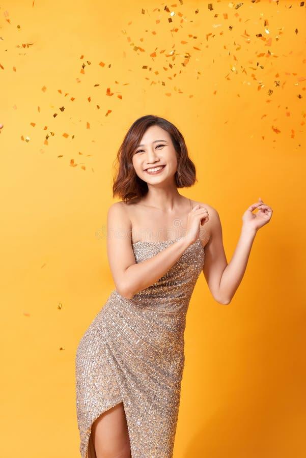 Mooie sexy vrouw in avondjurk het vieren, gouden confettien, partij, het glimlachen, gelukkig uitnodigen, stock afbeeldingen