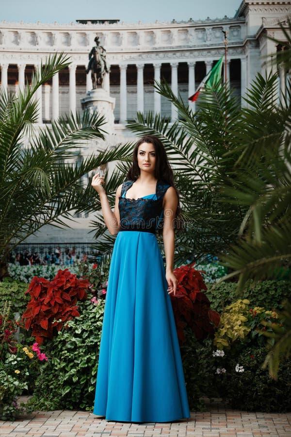 Mooie sexy vrouw in elegante avondjurk stock fotografie