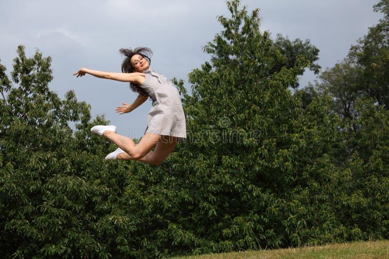 Mooie sexy vrouw het vliegen sprong voor pretsucces royalty-vrije stock foto's