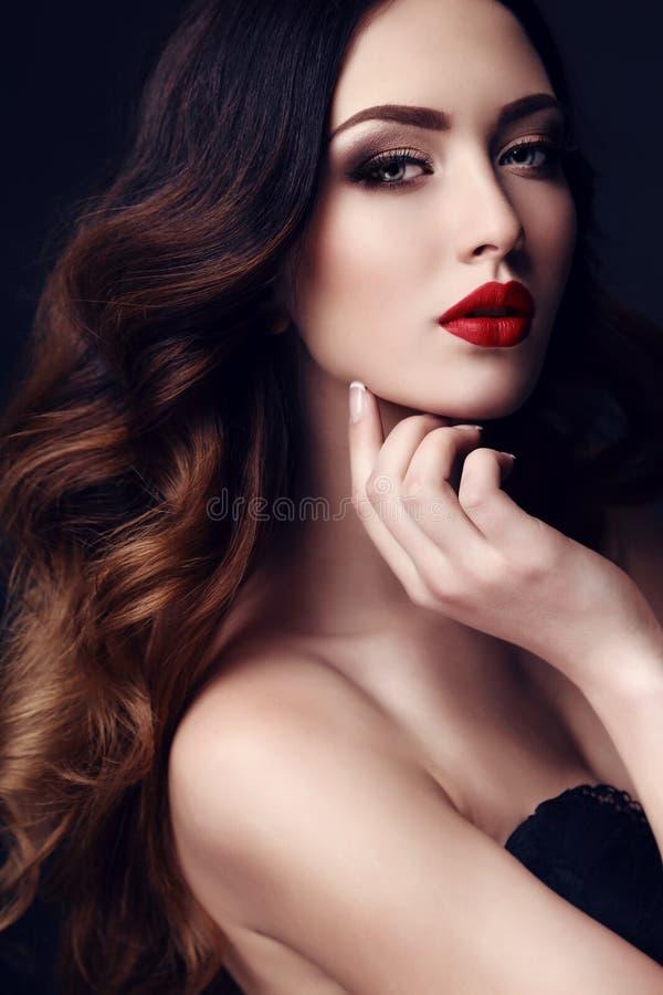 Mooie sexy vrouw met donker haar en heldere make-up stock foto