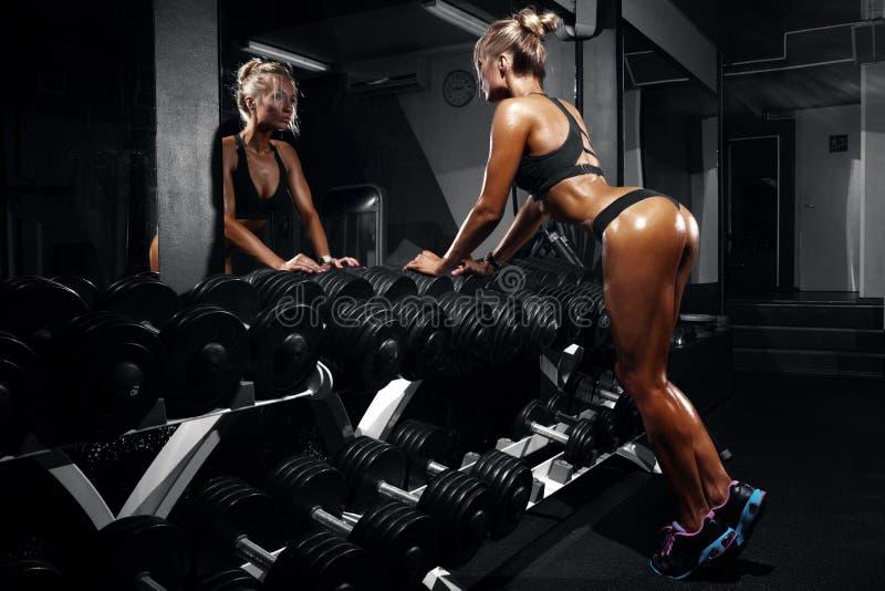 Mooie sexy vrouw met perfecte buikspieren bij de gymnastiek stock foto's