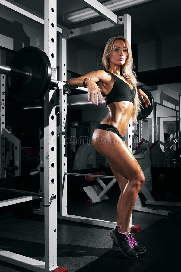 Mooie sexy vrouw met perfecte buikspieren bij de gymnastiek royalty-vrije stock foto's